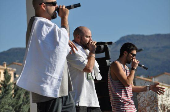 Rayden, acompañado de Mediyama y Tykelh. Fotografía por Gabriel Sabri Márquez.