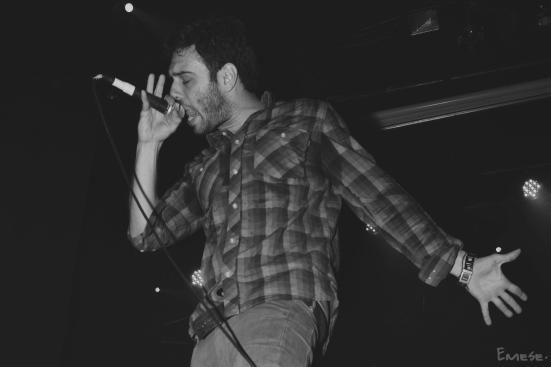 Sharif durante su concierto en Granada. // Fotografía por Andrea Martí Salas.
